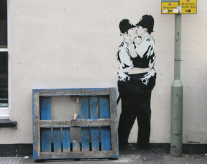 Bansky_kissingcoppers_2